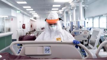Enfermeiros preparam o Hospital de Verduno, na Itália, para receber os pacientes infectados com o coronavírus (covid-19)