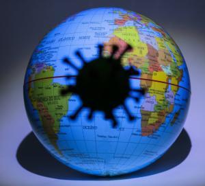 Foto conceitual do COVID-19 (novo coronavírus) e globo terrestre, feita em estúdio