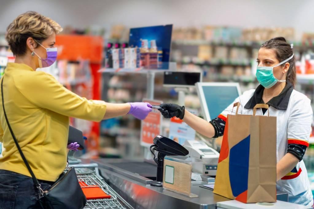 supermercado coronavírus máscara caixa pagamento varejo vendas quarentena isolamento