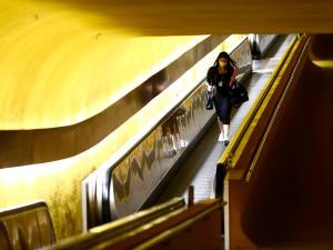 Mulher com máscara caminha no Congresso Nacional