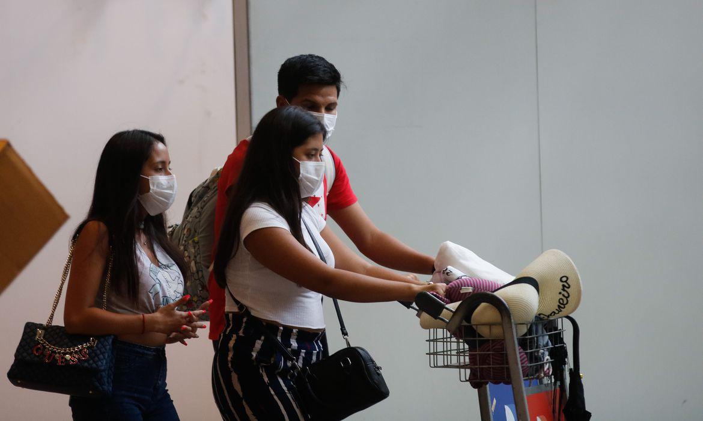 Passageiros usam máscaras no aeroporto do Galeão