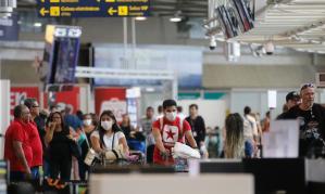 Passageiros com máscaras em aeroporto (Fernando Frazão/Agência Brasil)