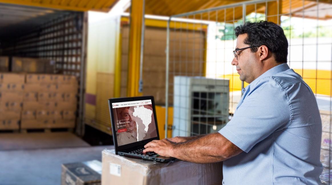 Homem sentado analisando como reduzir custos logísticos