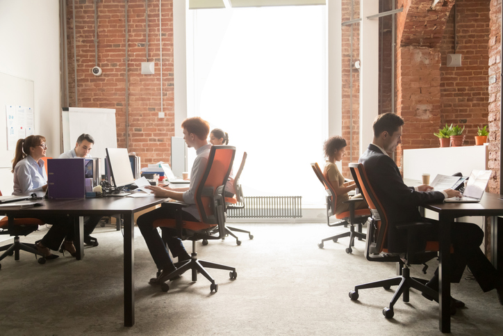 Pessoas trabalhando em regime de coworking em um escritório