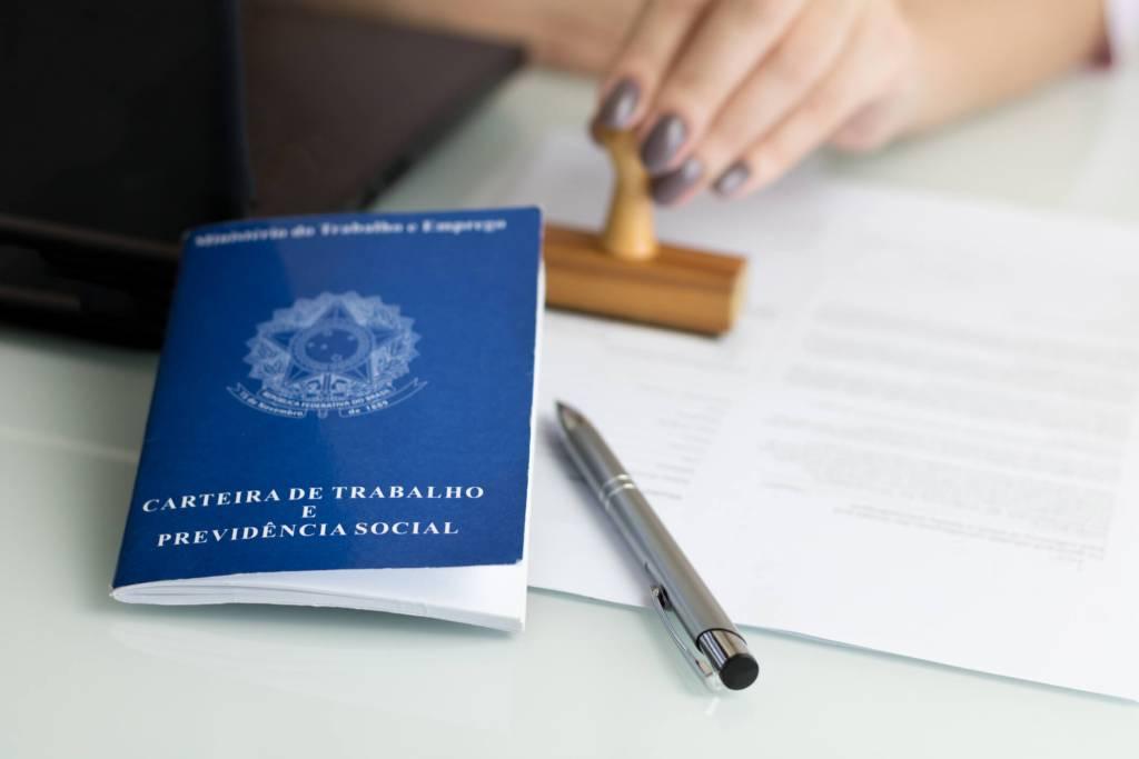 Carimbo de admissão ou demissão com carteira de trabalho