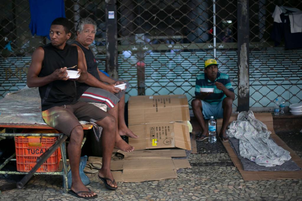 Desempregados e sem-teto recebem comida do projeto Covid Sem fome