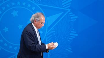 Paulo Guedes, ministro da Economia, retira máscara após entrevista