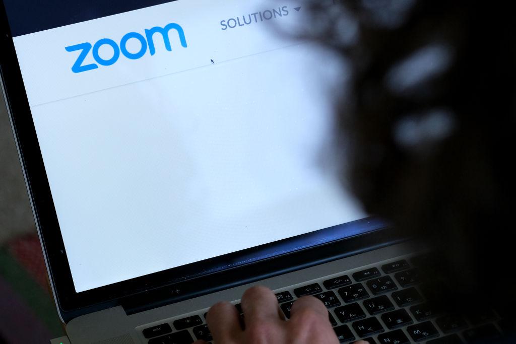 Computador aberto no aplicativo Zoom