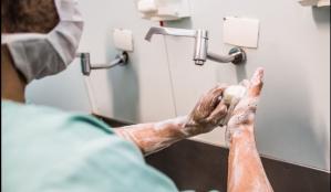 Médico lava as mãos em hospital para se previnir do coronavírus e da covid-19