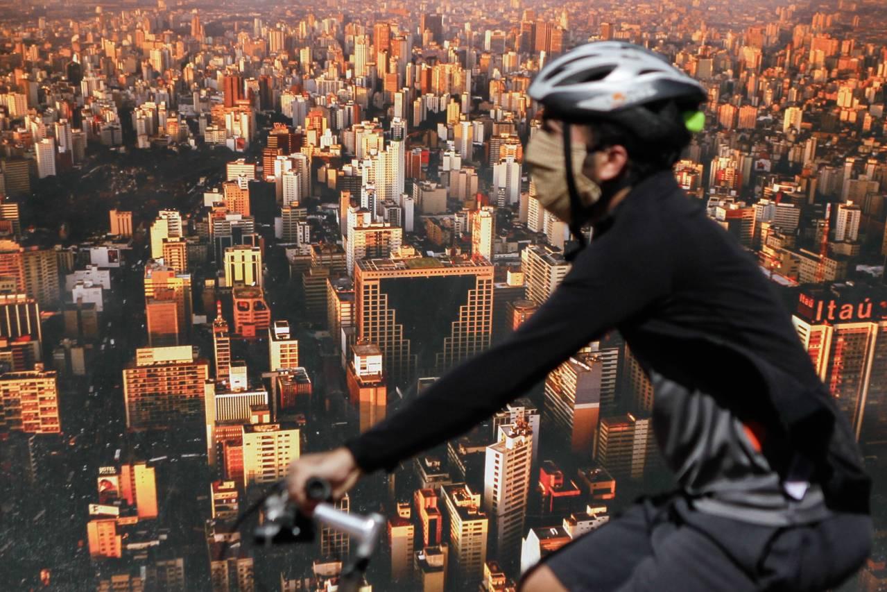 SP - CORONAVÍRUS/CRISE/SÃO PAULO - GERAL - Pouco movimento de carros e pessoas, algumas usando máscara de proteção, na Avenida Paulista, região central de São Paulo, na manhã desta terça-feira, 21, durante a quarentena imposta para conter a pandemia do novo coronavírus (Covid- 19). O governador de São Paulo, João Doria (PSDB), anunciou que irá divulgar nesta quarta-feira, 22, um plano para reduzir de forma gradual a quarentena em todo estado a partir de 11 de maio, quando chega ao fim o decreto que determinou a paralisação de serviços não essenciais como forma de combater o avanço do coronavírus. 21/04/2020 - Foto: