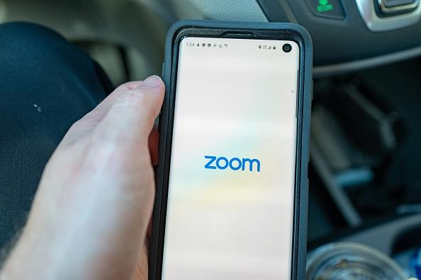 Celular com app Zoom