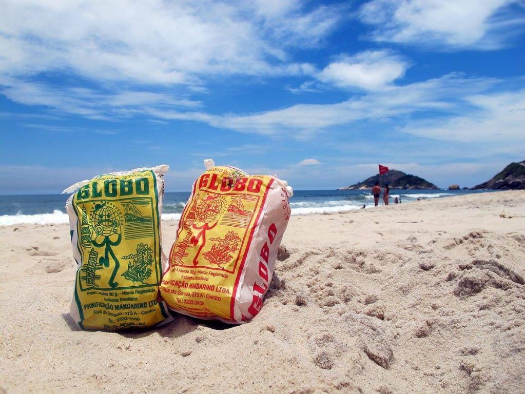 Biscoito Globo em praia do Rio de Janeiro