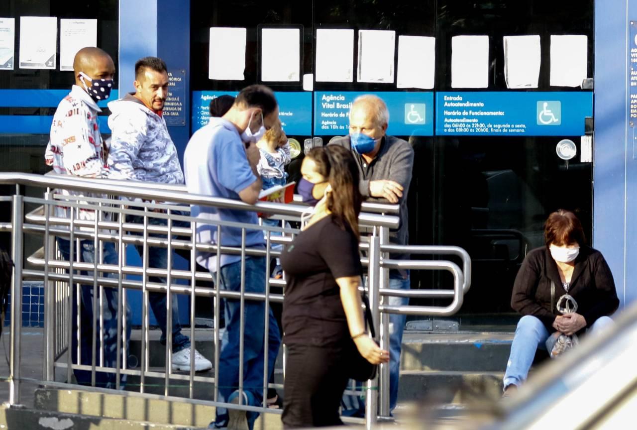 SP - CAIXA/AUXILIO EMERGENCIAL - ECONOMIA - Agências da Caixa abrem exclusivamente para pagamento do Auxilio Emergencial, neste sábado (02). Na zona oeste da capital, pessoas passaram a madrugada em frente as agencias para garantirem atendimento.
