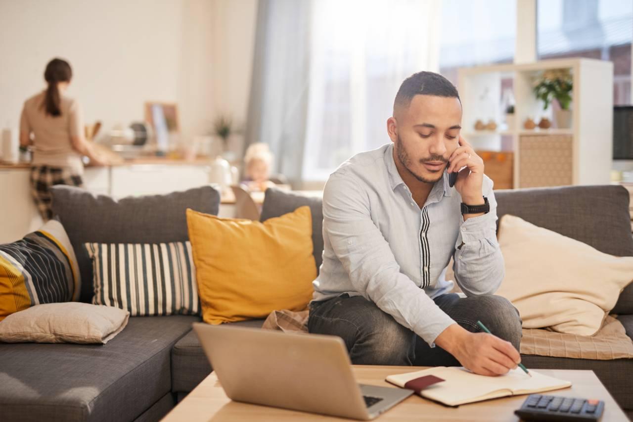 Homem trabalhando em casa no estilo home office