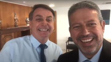 """O deputado Arthur Lira, líder do """"centrão"""", faz selfie com o presidente Jair Bolsonaro"""