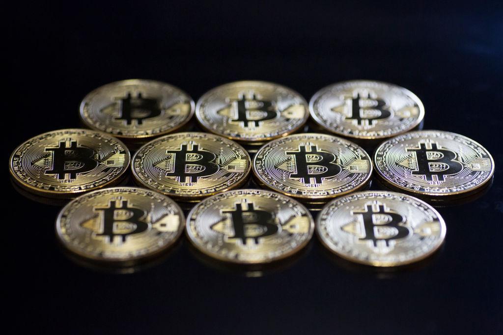 """Bitcoin """"ignora"""" crise do coronavírus, salta 72% no semestre e analistas acreditam em mais altas em 2020 thumbnail"""