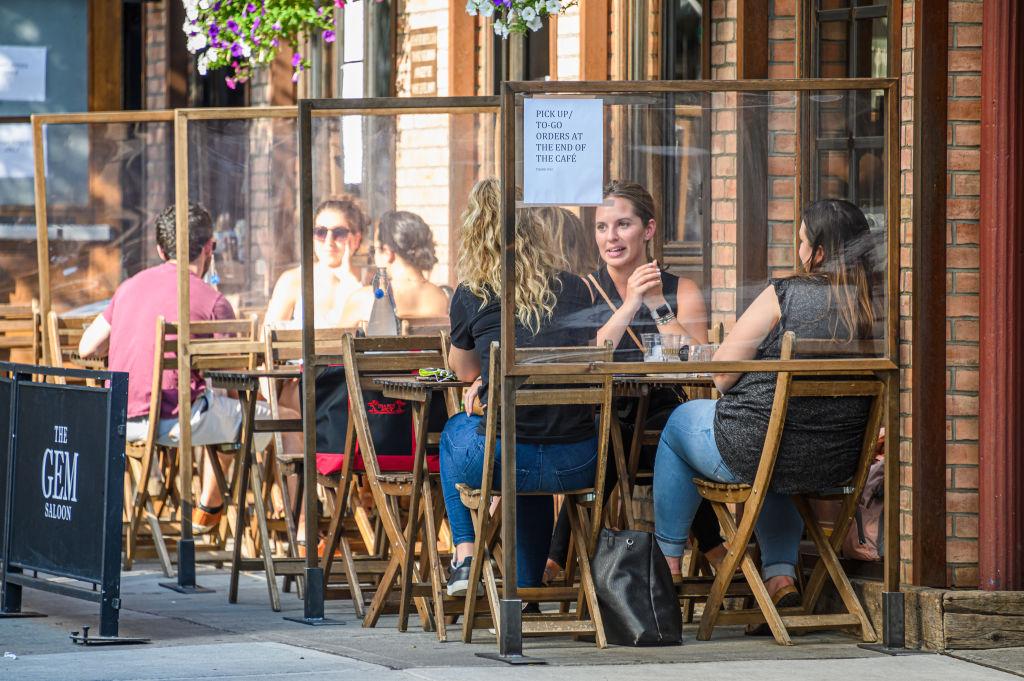 Restaurantes voltam a funcionar em Nova York, mas só com mesas na ...