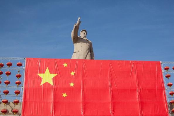 Estátua de Mao e bandeira da China
