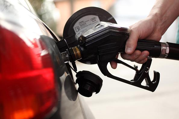 Gasolina volta a subir e já passa dos R$ 7 em oito estados; gás de cozinha sobe mais de 36% no ano, diz ANP
