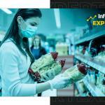 Mulher compara preços no supermercado