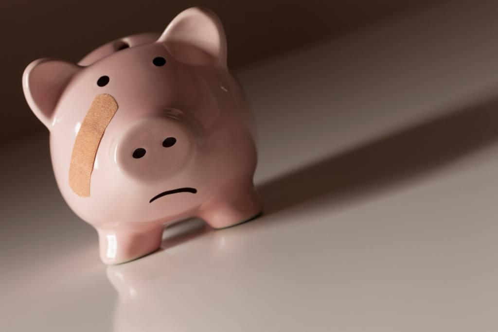 Porquinho da poupança triste, representando piora nas finanças