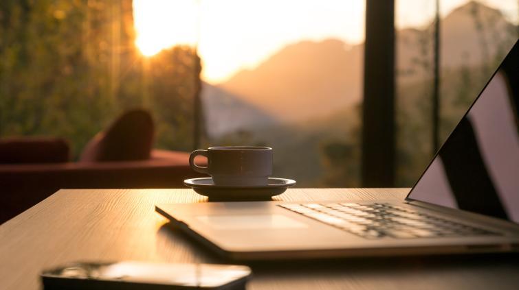 Computador, café, celular representando o home office, trabalho em casa