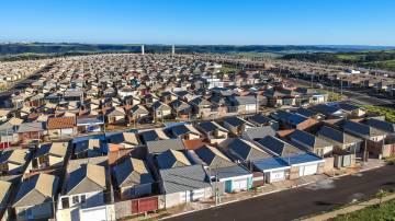 Vista aérea de casas padronizadas do programa minha casa minha vida do estado de São Paulo, Brasil