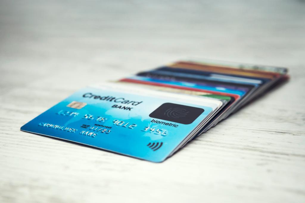 Fileira de cartões de crédito sob uma mesa branca