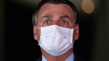 Jair Bolsonaro usa máscara branca de proteção à contaminação por coronavírus