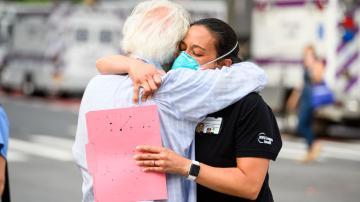 abraço covid coronavírus pandemia máscara
