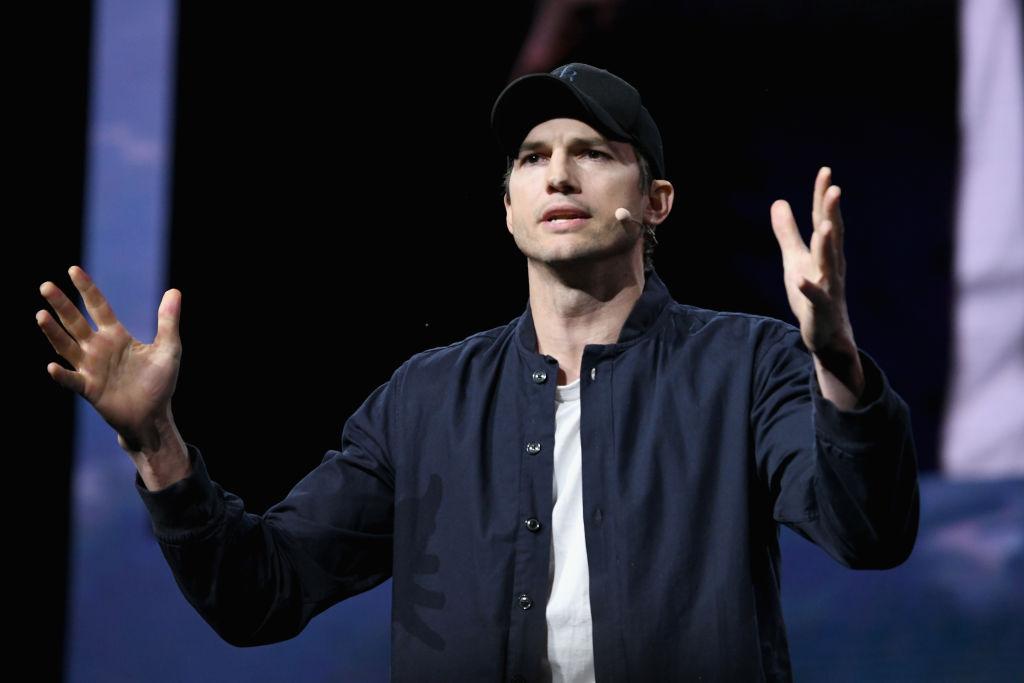Ator Ashton Kutcher durante congresso