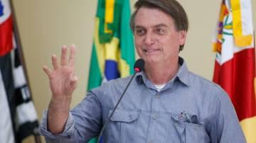 Bolsonaro acena e sorri durante discurso em Eldorado