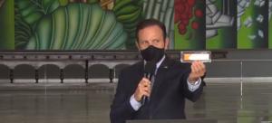 João Doria (PSDB), governador do estado de São Paulo, segura uma embalagem da vacina contra a covid-19 desenvolvida em parceria com o Instituto Butantan