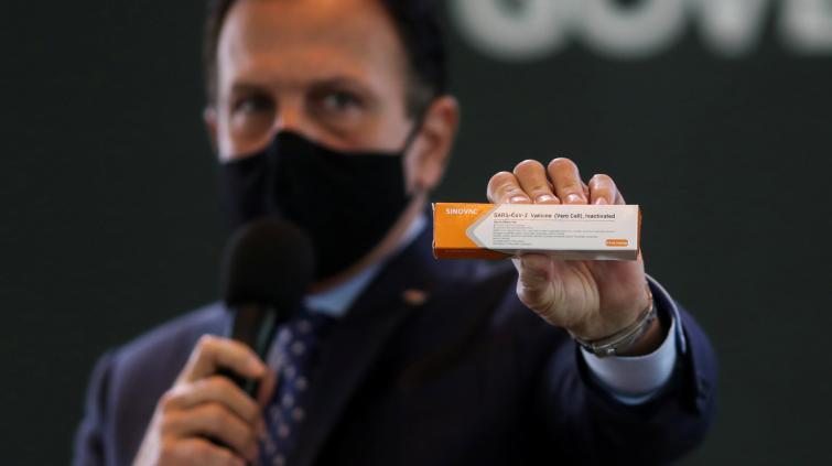Governador de SP, João Doria, com caixa da vacina CoronaVac