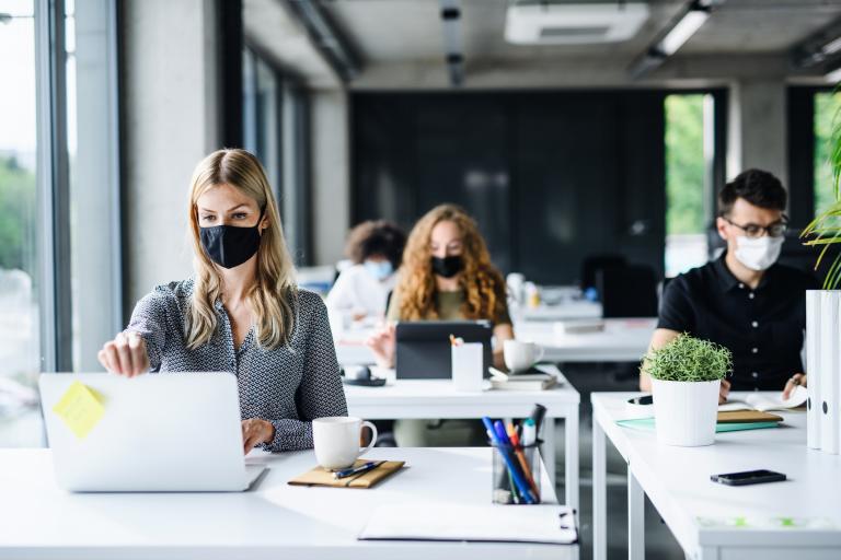 8 em cada 10 empresas que ocupam escritórios de alto padrão devem retomar o trabalho presencial até o fim de 2020