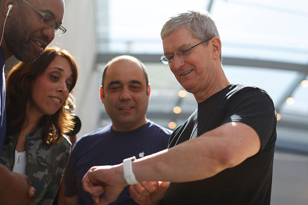Tim Cook exibe o seu Apple Watch