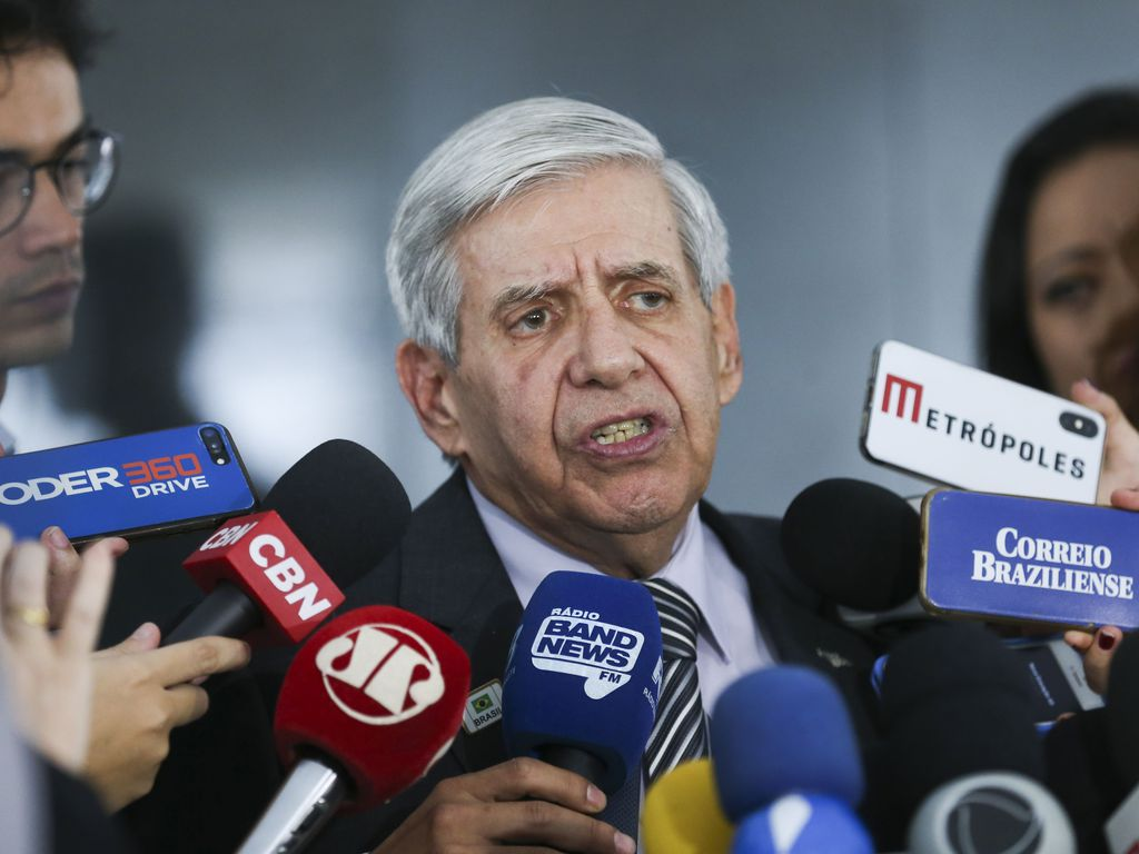 O ministro do Gabinete de Segurança Institucional (GSI), General Augusto Heleno, fala à imprensa sobre a crise na Venezuela