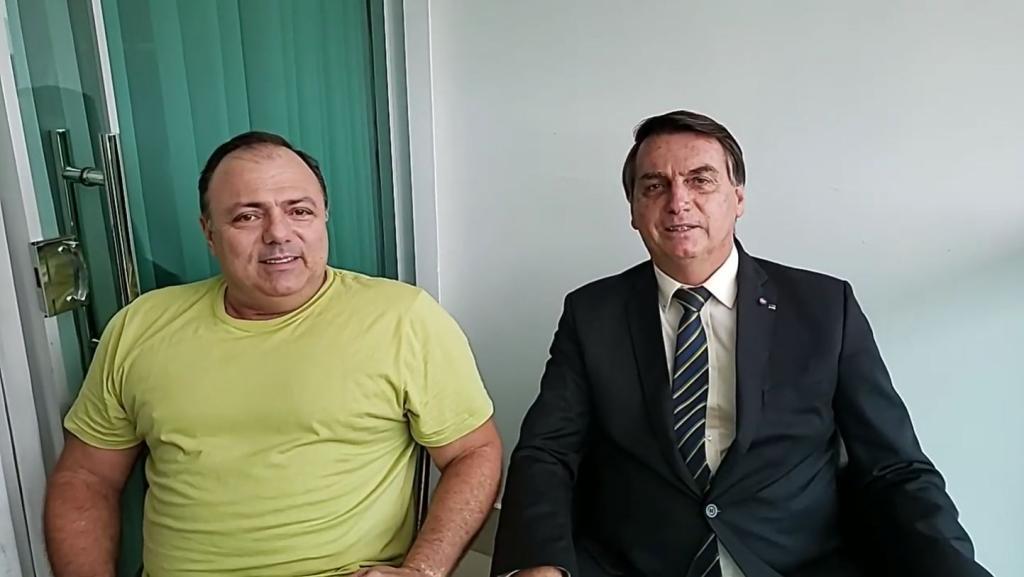 """Um manda, outro obedece"""", diz Pazuello em live com Bolsonaro"""