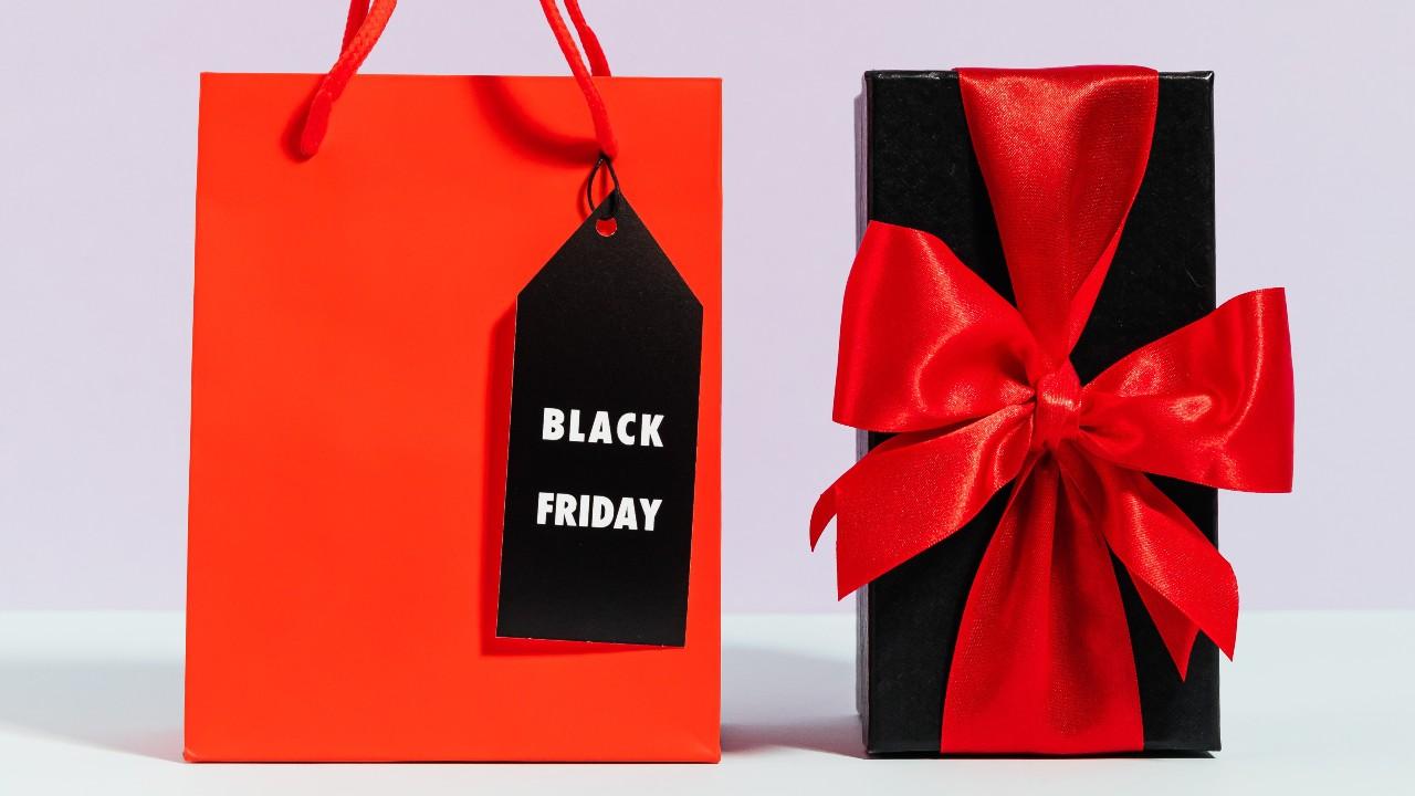 Sacola e presente de Black Friday