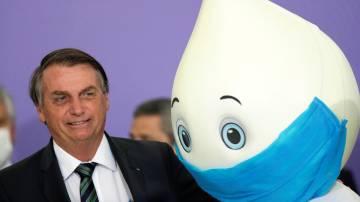"""Presidente Jair Bolsonaro ao lado do """"Zé Gotinha"""" em evento no Palácio do Planalto (REUTERS/Ueslei Marcelino)"""
