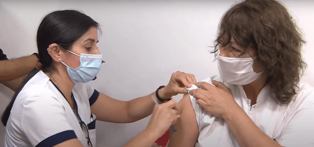 Vacinação contra covid-19 na Argentina, em 29 de dezembro de 2020 (Casa Rosada - República Argentina/YouTube/Reprodução)