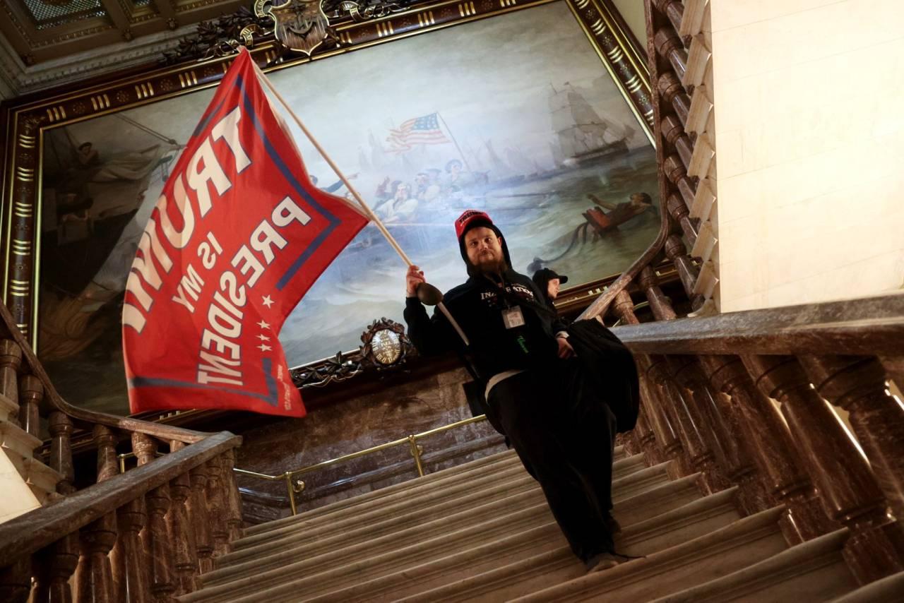 Manifestantes invadem Congresso dos EUA