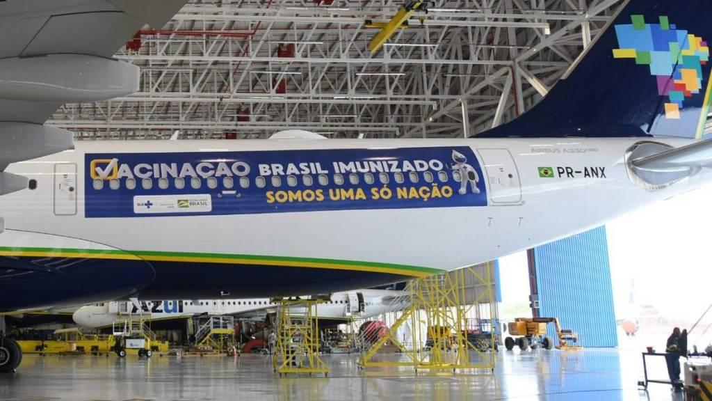 Avião da Azul com adesivos do Ministério da Saúde, que partirá para a Índia (Ministério da Saúde/Divulgação)