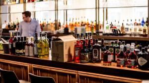 Bar com bebidas em estoque (Sander Dalhuisen/Pexels)