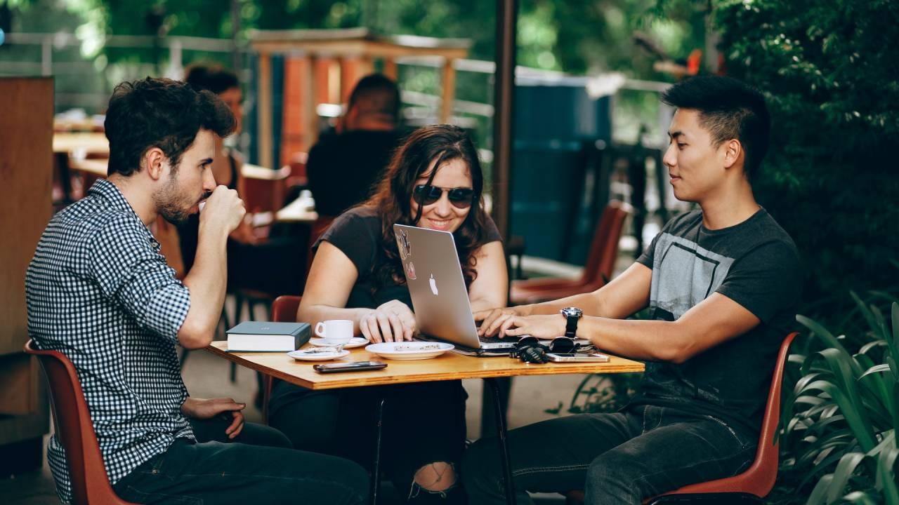 Jovens usam computador, startup (Helena Lopes/Pexels)