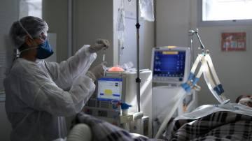 Profissional da UTI do Hospital São Paulo trata paciente com Covid-19 17/03/2021 REUTERS/Amanda Perobelli