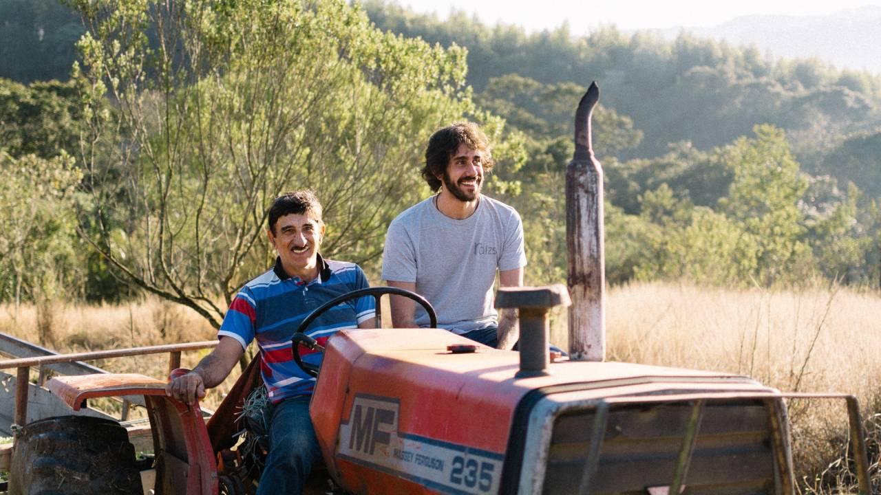 Agricultor e Tomás Abrahão, fundador da Raízs (Ana Beatriz Pereira/Divulgação)