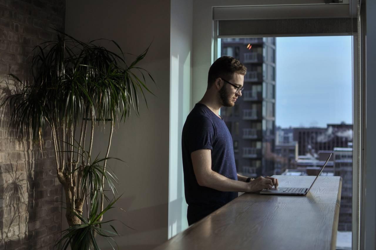 Homem em seu home office