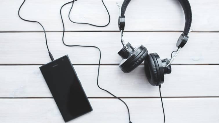 Fone de ouvido ligado a celular (Kaboompics.com/Pexels)