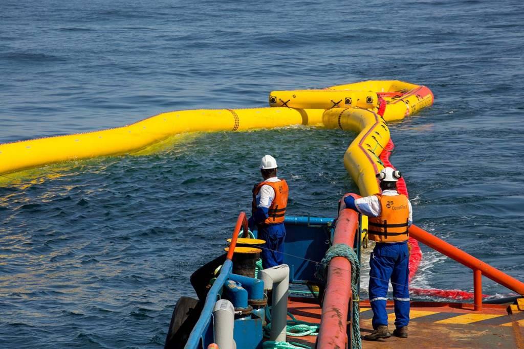 Profissionais em navio de apoio à plataformas offshore da OceanPact